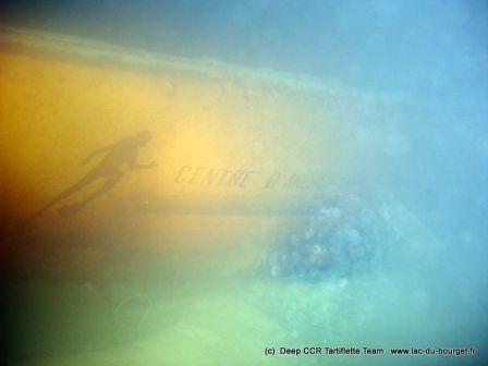 Plongée sur l'épave de la barge aux plongeurs au lac du Bourget