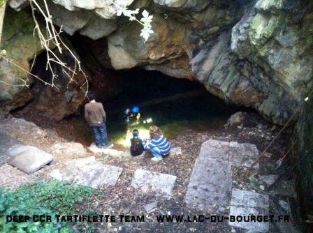 On voit très bien que l'accès à l'eau de la source chaude de Salins les Thermes a été aménagé et que l'eau ne s'écoule plus