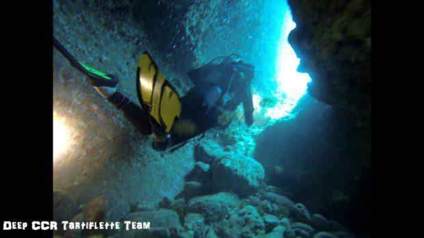 Lea plonge dans les grottes de la calanque de Sormiou