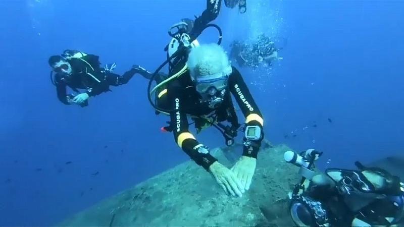 Ray Woolley,le plus vieux plongeur du monde un ancien combattant de la Seconde Guerre mondiale, établit un nouveau record en nageant sur l'épave du MS Zenobia à l'âge de 95 ans